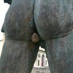 銅像のお尻に巣を作る蜂